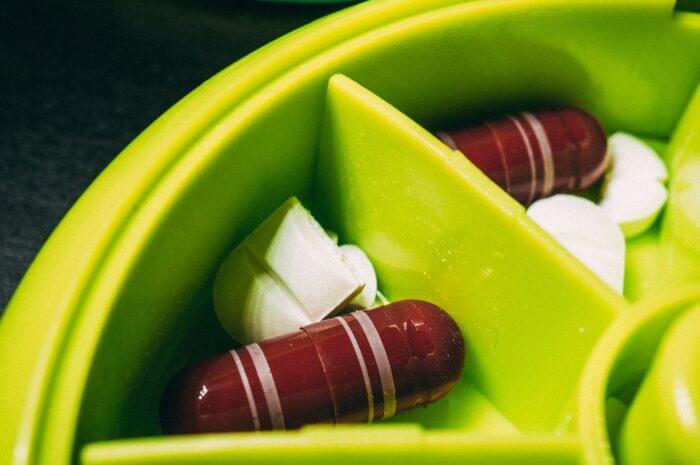 Doplňky stravy v podobě vitamínů připravené v misce.