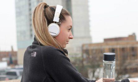 Mladá dívka si pořídila nová sluchátka na běhání.