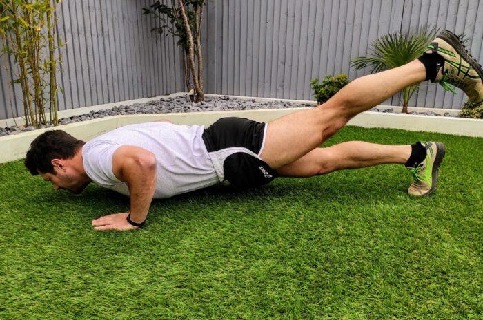 Mladík cvičí a přitom ho trápí nepříjemné svalové křeče.