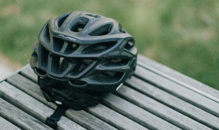 Černá helma, tak vypadá výbava na kolečkové brusle.