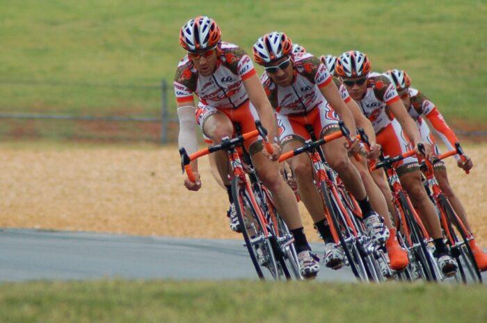 Závodní cyklistika nabývá odlišných podob